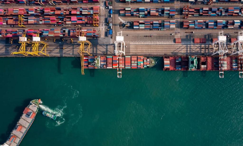 vista superior de um porto com navios transportando containers antes de feriado chinês